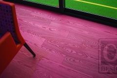 dřevěná_podlaha_v_červeném_odstínu